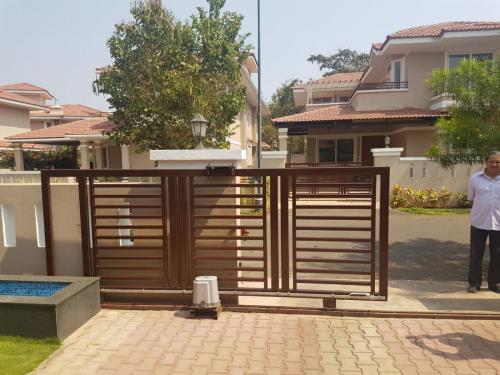 Auto siliding gate